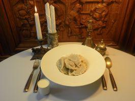 Rankų darbo virtiniai su raugintais kopūstais ir grybais + grietinė (vegetariškas)