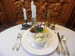 Vištienos gabaliukai  ožkos sūrio ir špinatų padaže su aštriomis raugintų kopūstų salotomis ir su ryžiais