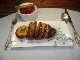 Ant grotelių keptos didelės bulvės vegetariškos su alyvuogių aliejumi, česnaku, pipirų ir aštriomis raugintų kopūstų salotomis